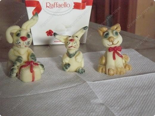 А этих зайчиков можно кушать, потому что они сделаны из сладкого материала (мастики) их я делаю в подарок на тирты к новому году фото 1
