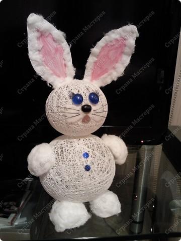 Ну вот, наконец-то мы его сделали)) Давно с дочей накрутили шариков из ниток, все думали, то ли снеговика то ли еще кого....  Решили все же кролика сделать фото 3
