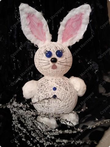Ну вот, наконец-то мы его сделали)) Давно с дочей накрутили шариков из ниток, все думали, то ли снеговика то ли еще кого....  Решили все же кролика сделать фото 1