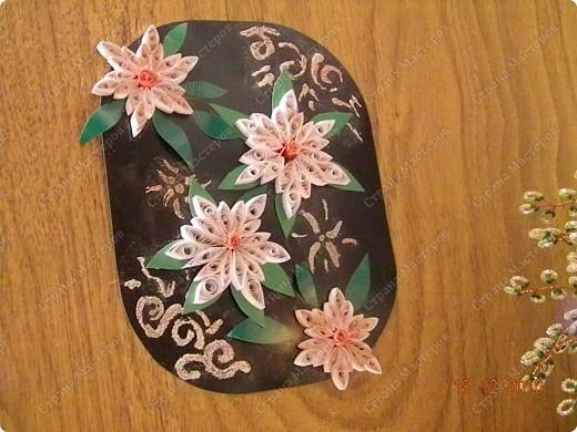 Квіти я робила за техгологією квілінг, а от білі кружевця за допомогою манної крупи-це теж дуже цікаво, та гарно виходить!!!
