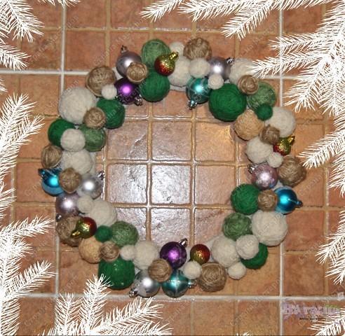 Такой рождественский веночек приятно сделать как украшение на праздник или подарить. Еще плюс в том, что можно использовать остатки пряжи, ниток... - все зависит от фантазии! фото 2