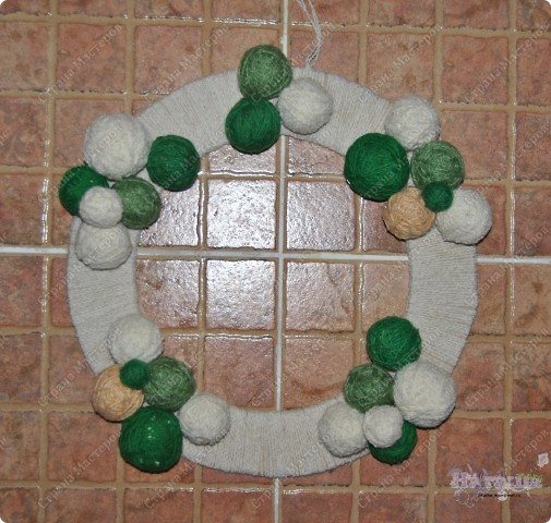 Такой рождественский веночек приятно сделать как украшение на праздник или подарить. Еще плюс в том, что можно использовать остатки пряжи, ниток... - все зависит от фантазии! фото 5
