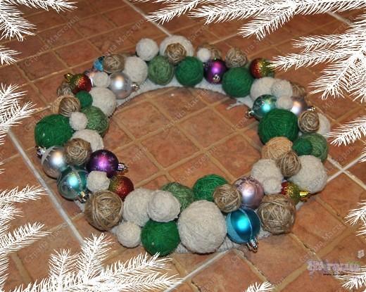 Такой рождественский веночек приятно сделать как украшение на праздник или подарить. Еще плюс в том, что можно использовать остатки пряжи, ниток... - все зависит от фантазии! фото 6