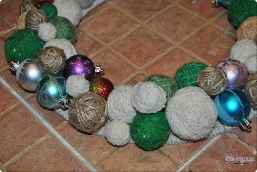 Такой рождественский веночек приятно сделать как украшение на праздник или подарить. Еще плюс в том, что можно использовать остатки пряжи, ниток... - все зависит от фантазии! фото 7