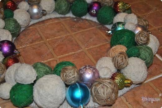 Такой рождественский веночек приятно сделать как украшение на праздник или подарить. Еще плюс в том, что можно использовать остатки пряжи, ниток... - все зависит от фантазии! фото 8