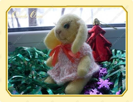Навалялись такие вот зайчики к Новому году. Эта зайчиха Варя. Умница и скромница. Украшала нашу елочку, теперь сидит на комоде и грустит по прошедшему празднику. фото 1