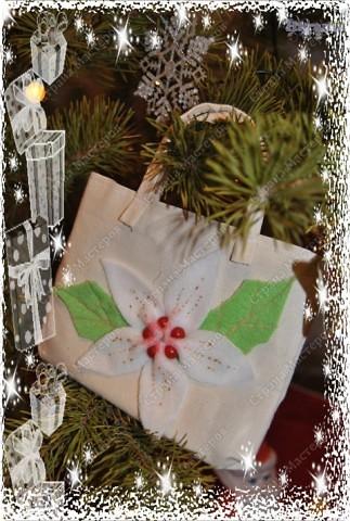 Как же я могла оставить без подарков на новый год своих мам (родную мамочку и свекровь) - конечно, де нет!!!  Купила косметику в подарок, но просто как-то не очень дарилось :-))) Вот и сшила такие сумочки из простой ткани где-то за часок!  фото 2