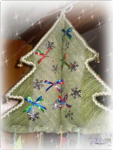 В садик моего сынули попросили под новый год какие-нибудь украшения для оформления группы - купить, отдать, смастерить... Сшила я вот елочку-подвеску. Выкройку можно взять здесь http://stranamasterov.ru/node/112369 фото 2
