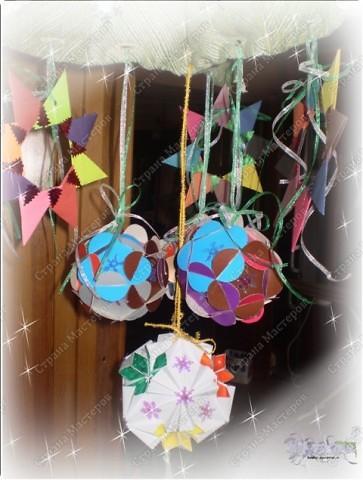 В садик моего сынули попросили под новый год какие-нибудь украшения для оформления группы - купить, отдать, смастерить... Сшила я вот елочку-подвеску. Выкройку можно взять здесь http://stranamasterov.ru/node/112369 фото 3
