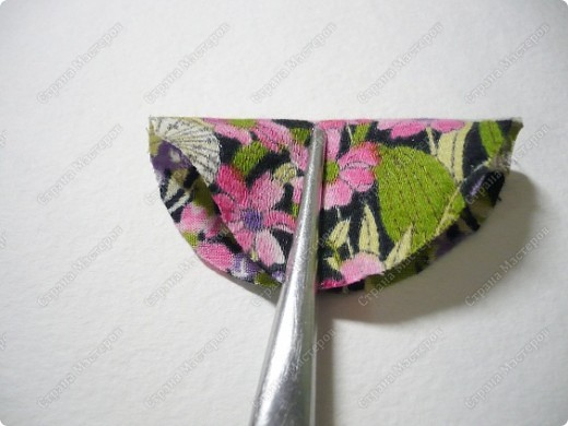 Сделаем такую вот резиночку для волос. В этот раз я использовала обычную ткань от платья и атласные ленты. В это раз  в качестве заготовки будет не квадрат, а круг. фото 2