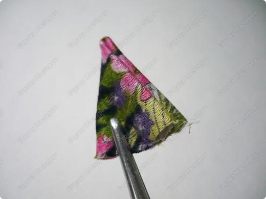 Сделаем такую вот резиночку для волос. В этот раз я использовала обычную ткань от платья и атласные ленты. В это раз  в качестве заготовки будет не квадрат, а круг. фото 4