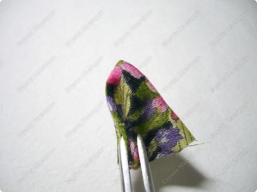 Сделаем такую вот резиночку для волос. В этот раз я использовала обычную ткань от платья и атласные ленты. В это раз  в качестве заготовки будет не квадрат, а круг. фото 5