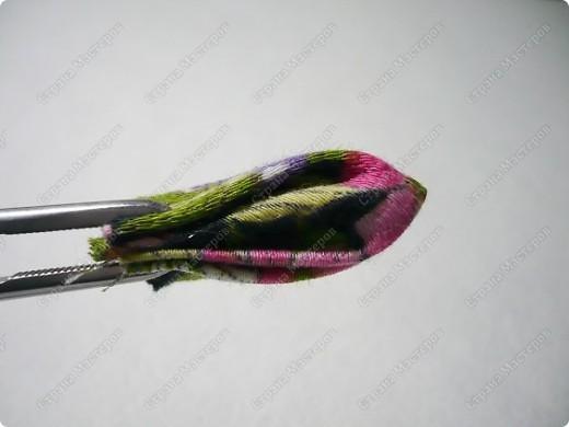 Сделаем такую вот резиночку для волос. В этот раз я использовала обычную ткань от платья и атласные ленты. В это раз  в качестве заготовки будет не квадрат, а круг. фото 6