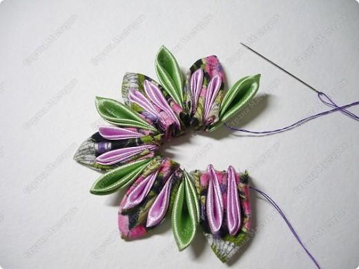 Сделаем такую вот резиночку для волос. В этот раз я использовала обычную ткань от платья и атласные ленты. В это раз  в качестве заготовки будет не квадрат, а круг. фото 13