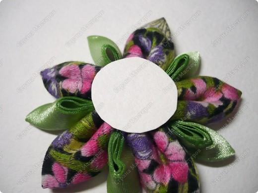 Сделаем такую вот резиночку для волос. В этот раз я использовала обычную ткань от платья и атласные ленты. В это раз  в качестве заготовки будет не квадрат, а круг. фото 16