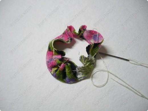 Сделаем такую вот резиночку для волос. В этот раз я использовала обычную ткань от платья и атласные ленты. В это раз  в качестве заготовки будет не квадрат, а круг. фото 18