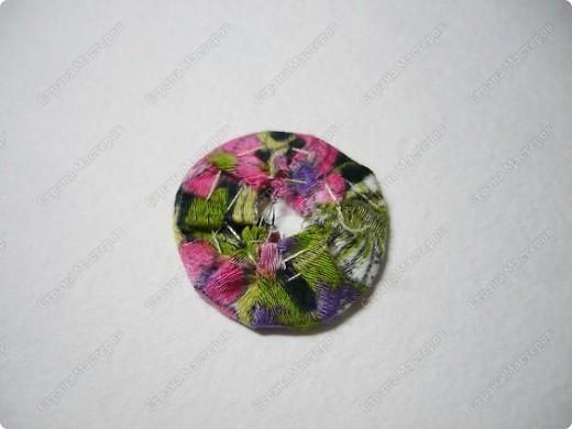 Сделаем такую вот резиночку для волос. В этот раз я использовала обычную ткань от платья и атласные ленты. В это раз  в качестве заготовки будет не квадрат, а круг. фото 19