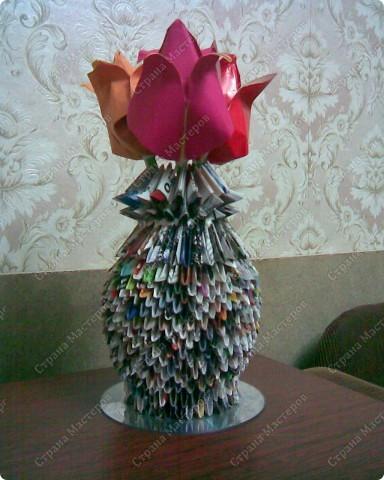 Сделали вместе сдочкой вот такую вазочку с цветами на школьный конкурс. Модульным оригами занимались впервые. очень не обычно и здорово.