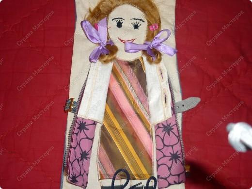 Кукла-тренажер Это личная моя идея. В садике попросили сделать пособия из разных видов застежек. Ко мне пришла идея такой куклы. Здесь нужно расстегнуть ремешок, молнию, пуговицы на жилете; расшнуровать сапожки, заплести косички и завязать бантики. фото 3