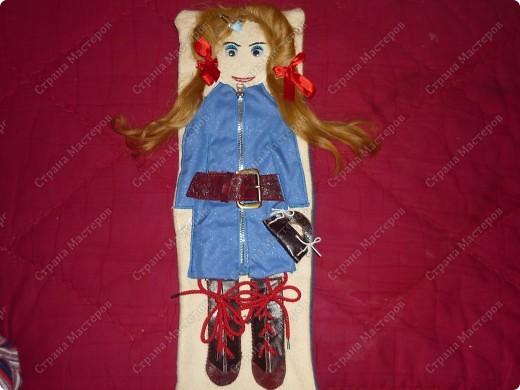 Кукла-тренажер Это личная моя идея. В садике попросили сделать пособия из разных видов застежек. Ко мне пришла идея такой куклы. Здесь нужно расстегнуть ремешок, молнию, пуговицы на жилете; расшнуровать сапожки, заплести косички и завязать бантики. фото 6
