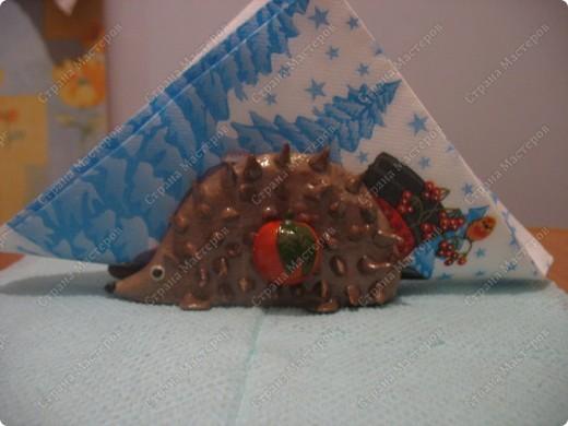 Ёж сделан из остатков пластики,каркас из проволоки, запекала в 2 этапа. Покрасила акрилом-металлик и покрыла лаком фото 1