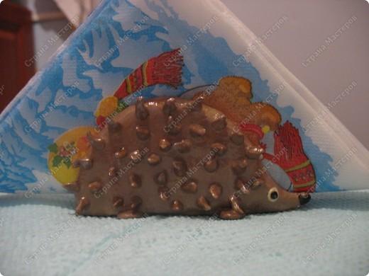 Ёж сделан из остатков пластики,каркас из проволоки, запекала в 2 этапа. Покрасила акрилом-металлик и покрыла лаком фото 2