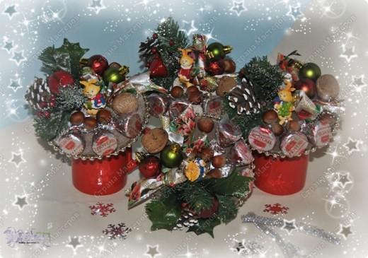 Такие букетики мы дарили воспитателям в садик на новый год. Но идея подойдет и для приближающегося праздника 8 марта - только новогодние украшения можно заменить на цветы, бусины, восьмерки... фото 1