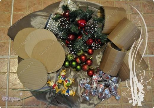 Такие букетики мы дарили воспитателям в садик на новый год. Но идея подойдет и для приближающегося праздника 8 марта - только новогодние украшения можно заменить на цветы, бусины, восьмерки... фото 2