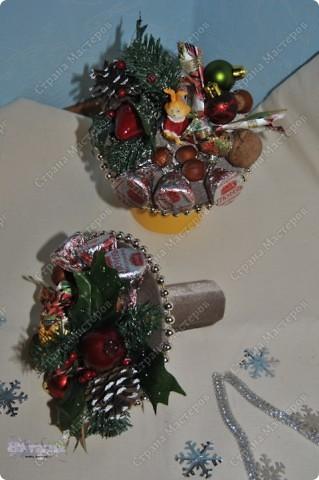 Такие букетики мы дарили воспитателям в садик на новый год. Но идея подойдет и для приближающегося праздника 8 марта - только новогодние украшения можно заменить на цветы, бусины, восьмерки... фото 5