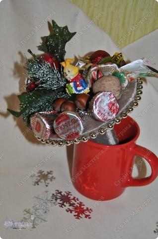 Такие букетики мы дарили воспитателям в садик на новый год. Но идея подойдет и для приближающегося праздника 8 марта - только новогодние украшения можно заменить на цветы, бусины, восьмерки... фото 6