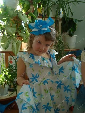 В садике нужно было сделать какое-нибудь украшение к празднику. Сделала ободок. Обернула атласной лентой ободок и сделала цветок в тон к платью, на лепесткай стразики, в центре жемчужная бусинка. Вот такой цветочек