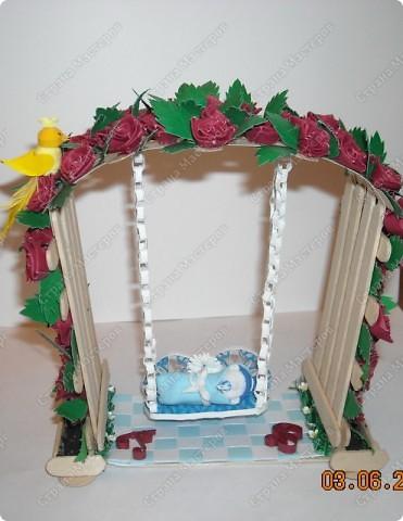 арка сделана из палочек для мороженного .Малыш на качеле из полимерной глины.птичка и розы квиллинг:) фото 2
