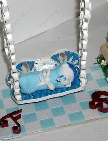 арка сделана из палочек для мороженного .Малыш на качеле из полимерной глины.птичка и розы квиллинг:) фото 4