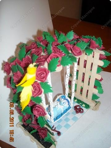 арка сделана из палочек для мороженного .Малыш на качеле из полимерной глины.птичка и розы квиллинг:) фото 1
