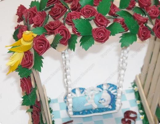 арка сделана из палочек для мороженного .Малыш на качеле из полимерной глины.птичка и розы квиллинг:) фото 5