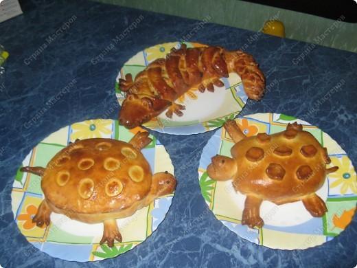 Решила попробовать испечь пироги, мама сказала срочно пристроить начинку из мяса с грибами и вот что получилось! фото 1