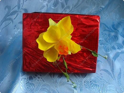 Сладкий букетик на 8 марта. Использовала каркас льняной( сердце) веточки с бусинками, деревяных букашек, конфетки и гоф.бумагу фото 2