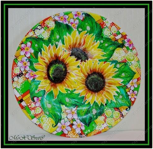 Подготовить тарелочку, помыть, просушить, обезжирить. Произвольно(от руки) нанести рисунок контуром, просушить. Раскрасить красками витражными, просушить. Оформить контуром, просушить, запечь в духовке. Размер 26 см. фото 3