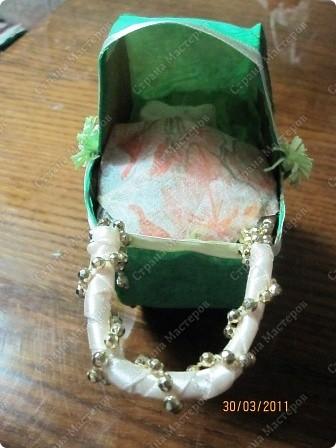Подруга беременна, чтоб доставить ей приятную минутку сделала вот такую колясочку))) шаблоны коляски взяла у кого-то в МК(((не могу пока найти -- позже обновлю эту запись!!!все склеила. вот он -- http://stranamasterov.ru/node/93963 на шаблоны, которые,кстати, сделала из коробки конфет, наклеила гофробумагу и золотые нитки в хаотичном порядке. еще по бокам два цветочка для красоты (по технике квилинг) фото 2