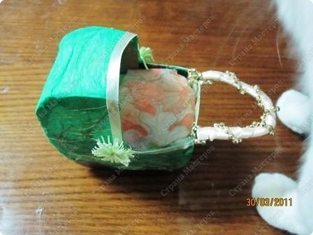 Подруга беременна, чтоб доставить ей приятную минутку сделала вот такую колясочку))) шаблоны коляски взяла у кого-то в МК(((не могу пока найти -- позже обновлю эту запись!!!все склеила. вот он -- http://stranamasterov.ru/node/93963 на шаблоны, которые,кстати, сделала из коробки конфет, наклеила гофробумагу и золотые нитки в хаотичном порядке. еще по бокам два цветочка для красоты (по технике квилинг) фото 3