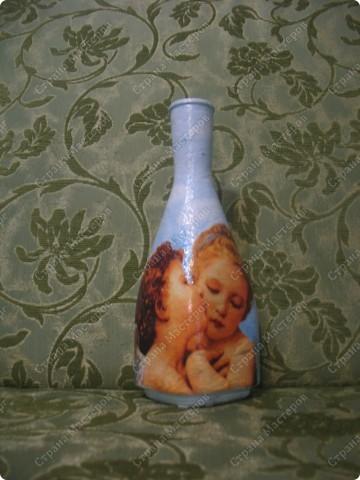 Моя свекровь коллекционирует ангелов, вот я и  решила ей сделать такую бутылочку, которую она же любезно предоставила..