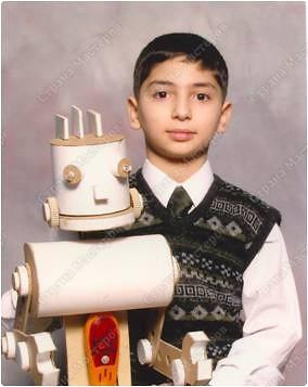 Арут Урфалян со своим роботом