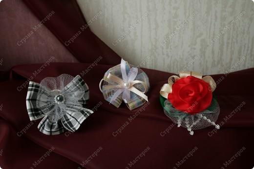 """Это собственно бантики. Цветочки в середине сделаны по технике описанной Деборой Хенри в ее книге """"Цветочные фантазии из лент"""". Во внешнюю ленту вставила леску (в отстрочку по краю), чтобы форму держала. фото 3"""