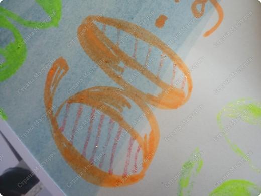 Не судите строго, это первая работа на сайте))) 29 мая у бабушки юбилей, вот и решила заняться стенгазетой!!! Её любимый цвет точно не знаю(Ей много цветов нравится) и решила сделать разноцветную))) Взяла губку для мытья посуды и стала ей проводить полоски))  фото 5