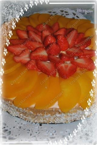 На торт надо:  * 2 ст.Nesguik (быстрый завтрак шоколадными горошинами)  * 1,5 ст.клубники  * 250 гр.сливочного сыра Mascarpone  * 2 ст.л.сливочного масла  * 300 гр.йогурта (желательно клубничного)  * 5 ст.л.сахара или сахарной пудры  * 2 ч.л.желатина  * 1/3 ст.молока  Для украшения:  * ягоды или фрукты  * 1 пакетик желе для торта фото 2