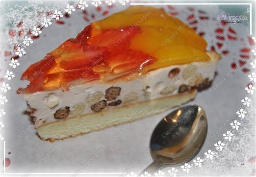 На торт надо:  * 2 ст.Nesguik (быстрый завтрак шоколадными горошинами)  * 1,5 ст.клубники  * 250 гр.сливочного сыра Mascarpone  * 2 ст.л.сливочного масла  * 300 гр.йогурта (желательно клубничного)  * 5 ст.л.сахара или сахарной пудры  * 2 ч.л.желатина  * 1/3 ст.молока  Для украшения:  * ягоды или фрукты  * 1 пакетик желе для торта фото 3