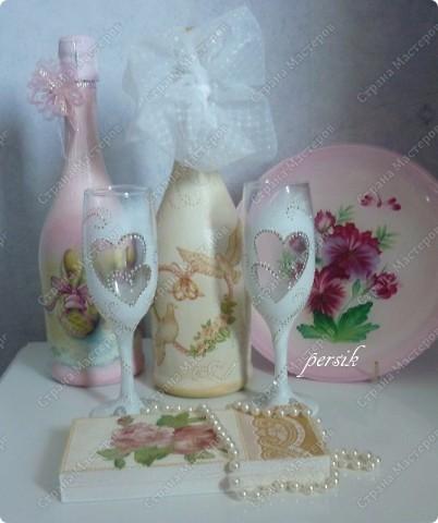 Заказали мне на свадьбу сделать две бутылки, чтобы они были разные, т.к. одна будет распита на годовщину свадьбы, а вторая на рождение малыша. А ещё фужеры, чтобы они были скромные и лаконичные без всяких излишеств.Ну а остальное получилось само сабой. фото 1