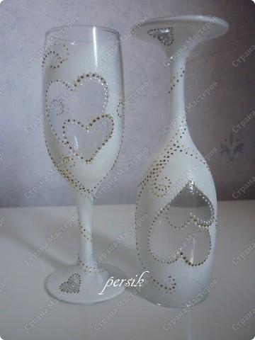 Заказали мне на свадьбу сделать две бутылки, чтобы они были разные, т.к. одна будет распита на годовщину свадьбы, а вторая на рождение малыша. А ещё фужеры, чтобы они были скромные и лаконичные без всяких излишеств.Ну а остальное получилось само сабой. фото 6
