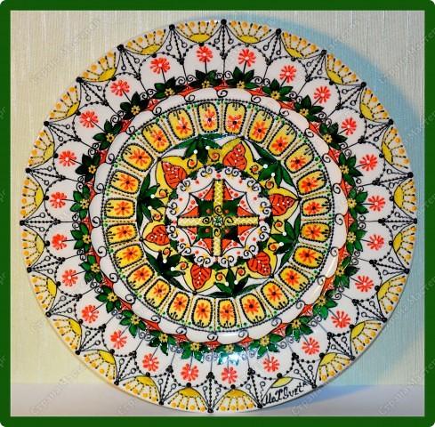Авторская тарелка выполнена в смешанной технике. Роспись витражными и акриловыми красками, контуры. фото 2