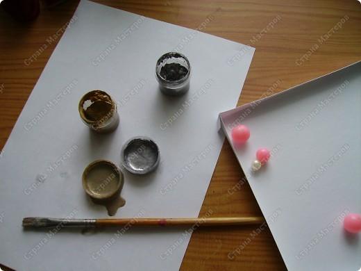 Училась делать розочки из атласной ленты. Ну и приспособила их. Красивый фон от старой открытки фото 16